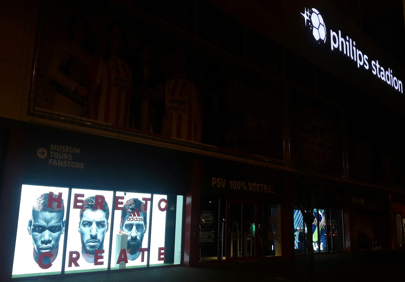 Het Philips Stadion in de avond, met nieuw logo en een nieuwe voetbalwinkel.