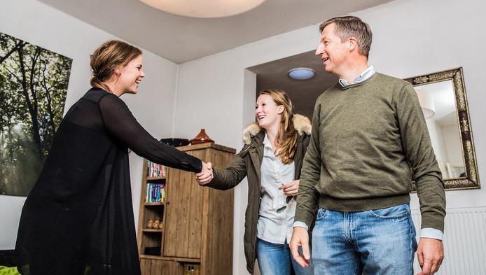 Tjeerd en Frederiek kijken in de woning, Julie Groen geeft meer informatie