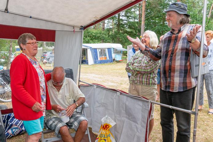 Gert Jans is er stuk van als hij en zijn vrouw Rie het plastic trommeltje met geld krijgen van Eddy Brinkman, die met Harma Claassen en Theo Hoogeboom een inzamelingsactie hielden op de camping.