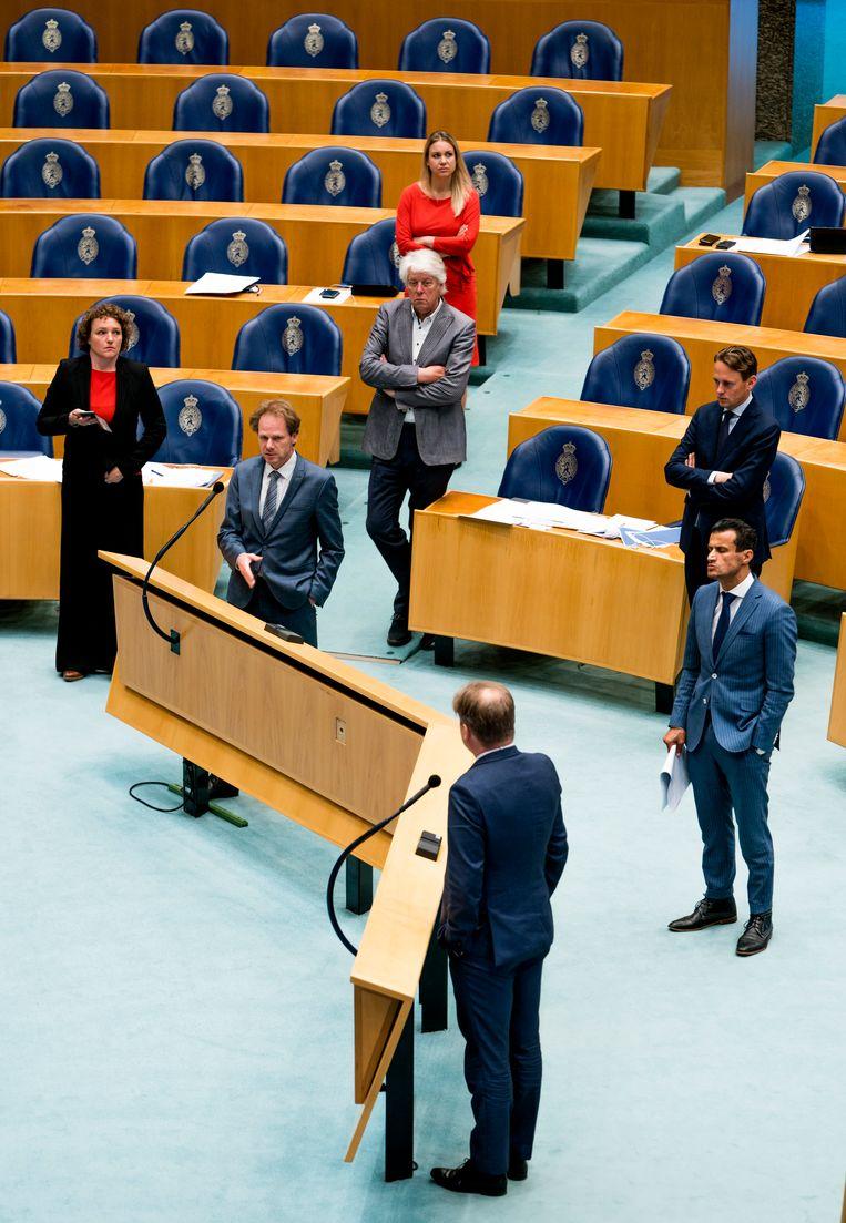 Bart Snel (GroenLinks, boven) en Pieter Omtzigt (CDA, beneden) aan de interruptiemicrofoon. Beeld Freek van den Bergh / de Volkskrant