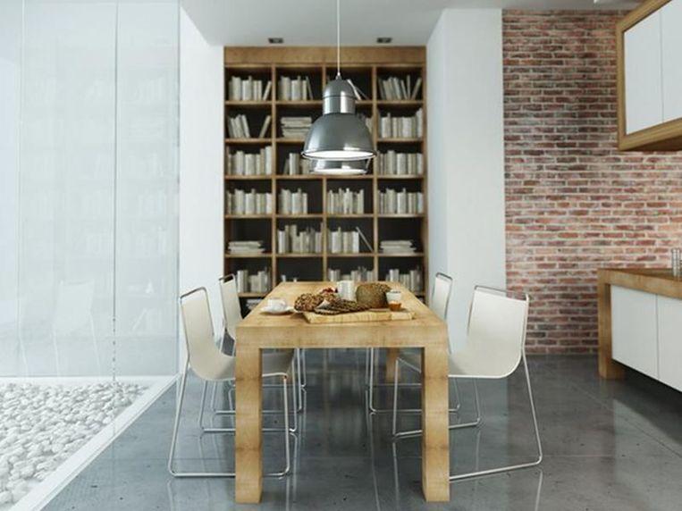 Boven een tafel scoor je met een hangende lamp.