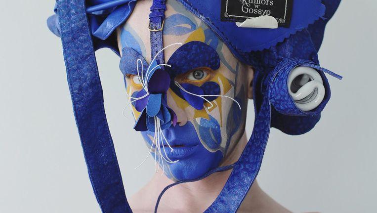 De blauwe look maakte Lyle Reimer maandag in Amsterdam. Hij gebruikte onder andere een leren jasje, onlangs opgestuurd gekregen. Het resultaat is geïnspireerd op Delfts blauw en de tulp Beeld Lyle Reimer