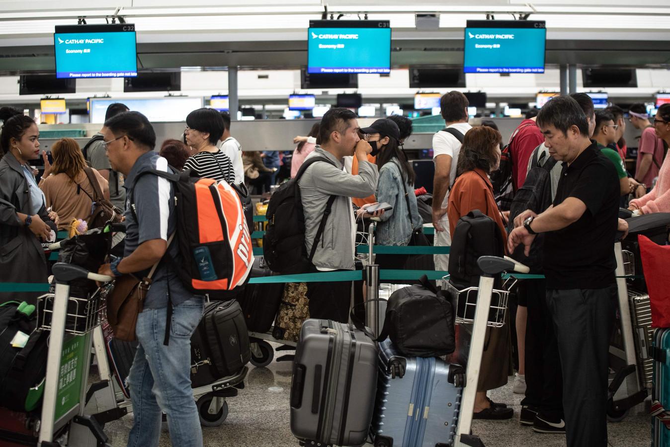 Reizigers op het vliegveld van Hongkong.