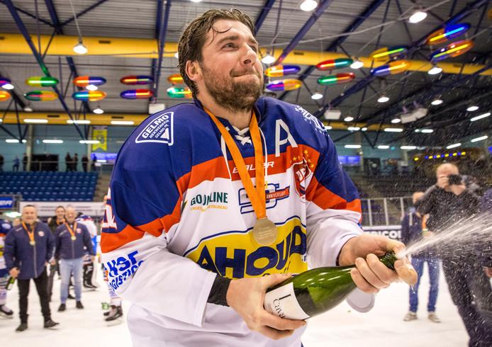 Nick de Jong heeft de champagne ontkurkt nadat Devils de landstitel heeft gewonnen in Tilburg.