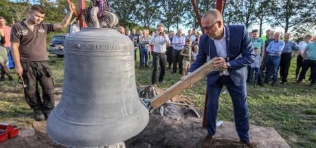 Staphorster burgemeester luidt de nieuwe klok