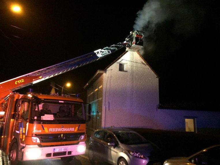 De brandweer had heel wat werk om het vuur in de schoorsteen en het houten dakgebinte te doven.