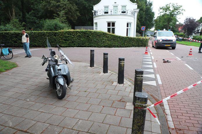De zwaar beschadigde scooter op de (voor een deel) afgezette kruising.