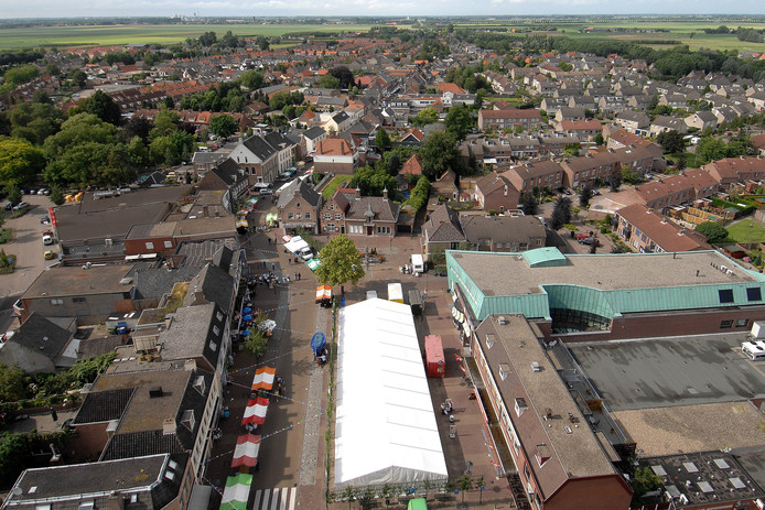 Kramen en feesttent, gezien vanaf de kerktoren bij een eerdere aflevering van de Marterei Oud Gastel. Het evenement houdt op te bestaan.