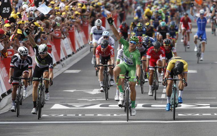 De Duitser Marcel Kittel (midden) juicht als hij over de finish komt  van de elfde etappe van de Ronde van Frankrijk. De Nederlander Dylan Groenwegen (rechts) komt net te kort en eindigt als tweede. Beeld ANP