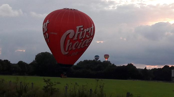 Eén van de luchtballonnen landt in een Groesbeeks weiland.