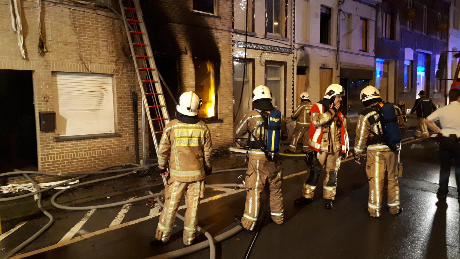 De brandweer had heel wat werk om het vuur onder controle te krijgen.