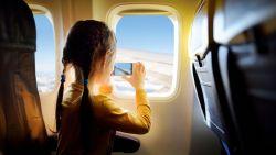 Welke elektronica mag je nu wel en niet aan laten op het vliegtuig?