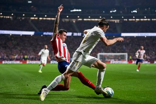 Gareth Bale komt niet langs José Maria Jímenez.