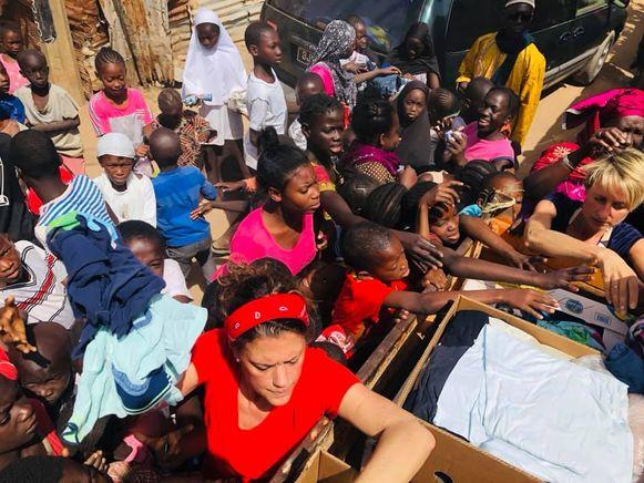In Gambia is het drummen voor de plaatselijke bevolking om aan de ingezamelde kledij te geraken.