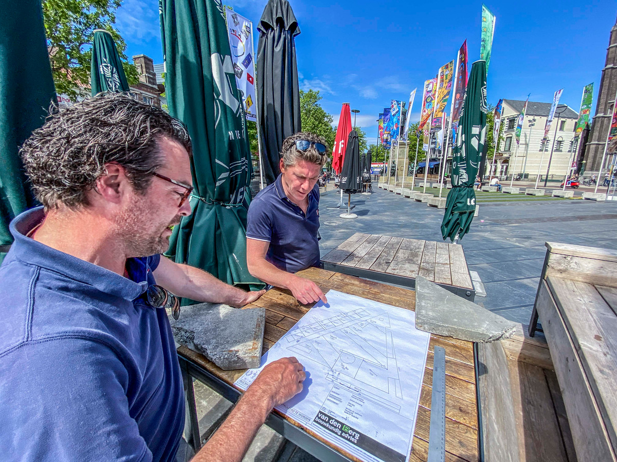 Een terras over de hele Heuvel in Tilburg, Jaap Schapendonk en Marc Janssens (rechts) van The Talk tekenden de plannen deze week uit.