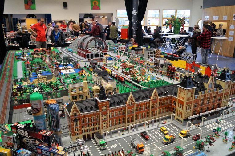 Bezoekers konden zich vergapen aan een heuse Legostad van veertig vierkante meter, met zelfs een maquette van station Amsterdam Centraal.