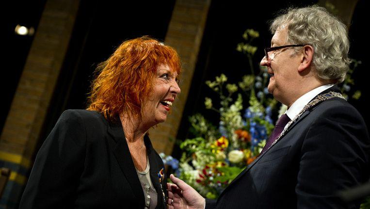 Carry Tefsen ontvangt een koninklijke onderscheiding uit handen van burgemeester Eberhard van der Laan van Amsterdam. Beeld anp