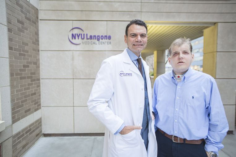 Chirurg Eduardo Rodriguez naast Patrick.