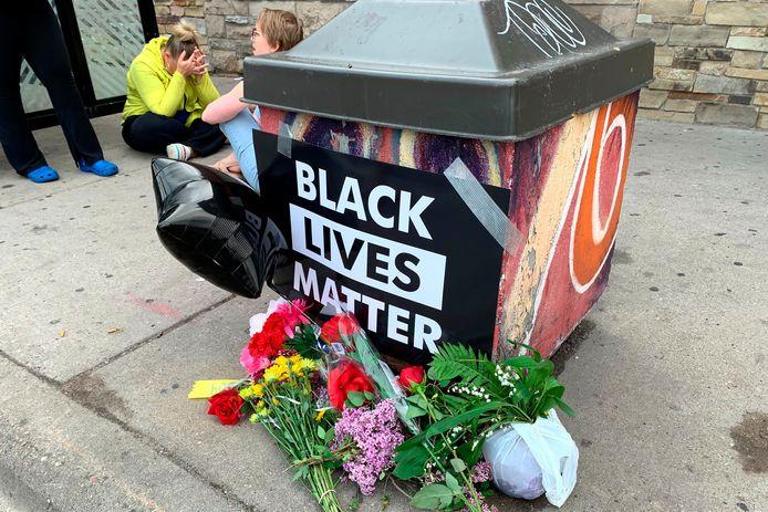 Bloemen op de plek waar de man werd gearresteerd.