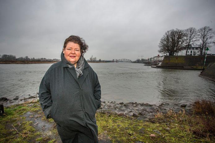 Hanneke Siebelink uit Zutphen verkoopt vanaf eind dit jaar kleding gemaakt van plastic uit de IJssel. Voor haar kledinglijn 'River Fashion' gebruikt de Zutphense plastic afval uit de rivier.