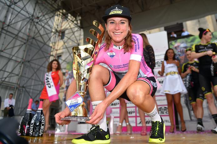 Annemiek van Vleuten na het winnen van de Giro Rosa.