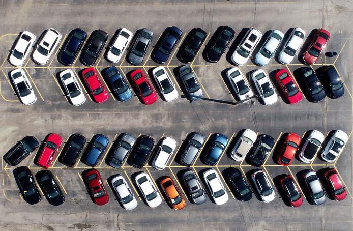 Autoverkopen zijn door de coronacrisis sterk gedaald, waardoor dealers soms grote voorraden hebben.