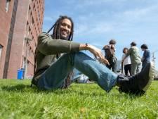 Deze stille wetenschapper komt met reggae tot leven op het podium