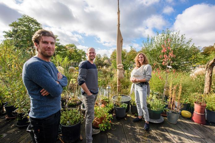 EINDHOVEN - Wouter van Niel (links), Philippe Rol en Savannah van Mil met baby Dajo van cpo meer&deel op het terrein Vredeoord.