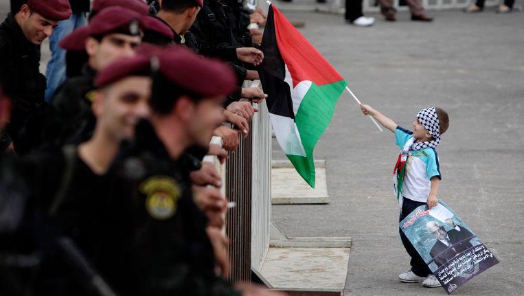 En Palestijnse jongen viert de terugkeer van president Abbas in Ramallah. Beeld REUTERS