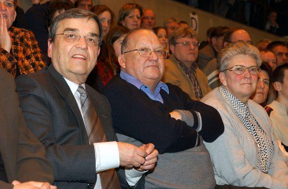 Louis Tobback in 2002 met Jean-Luc Dehaene op een basketbalwedstrijd in Leuven.