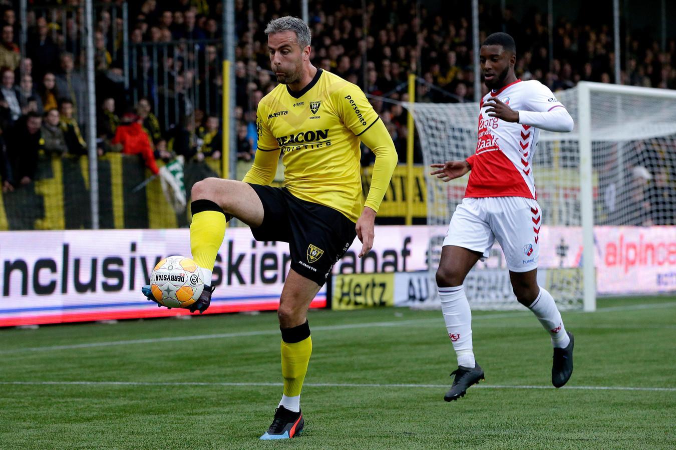 Ralf Seuntjens in actie namens VVV-Venlo tegen FC Utrecht.