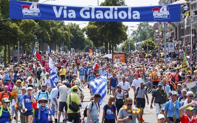 2018-07-20 13:27:19 NIJMEGEN - Wandelaars over de Via Gladiola tijdens de laatste dag van de 102e editie van de Nijmeegse Vierdaagse. ANP PIROSCHKA VAN DE WOUW
