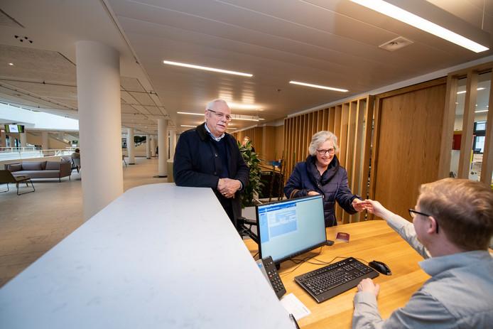 """Jarenlang was Lammert Schouten één van de gezichten van de publieksbalies in het Stadhuis. Vanmiddag was hij één van de eerste klanten in het van binnen volledig vernieuwde gebouw. ,,Voorheen was het maar een kale bedoening.  Ik vind het heel mooi geworden."""""""