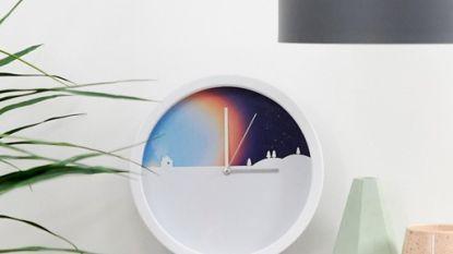 Op deze klok zie je het letterlijk dag en nacht worden