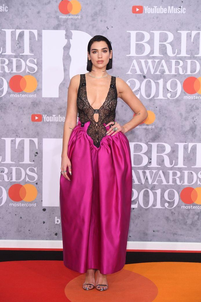 Dua Lipa in een felroze jurk.