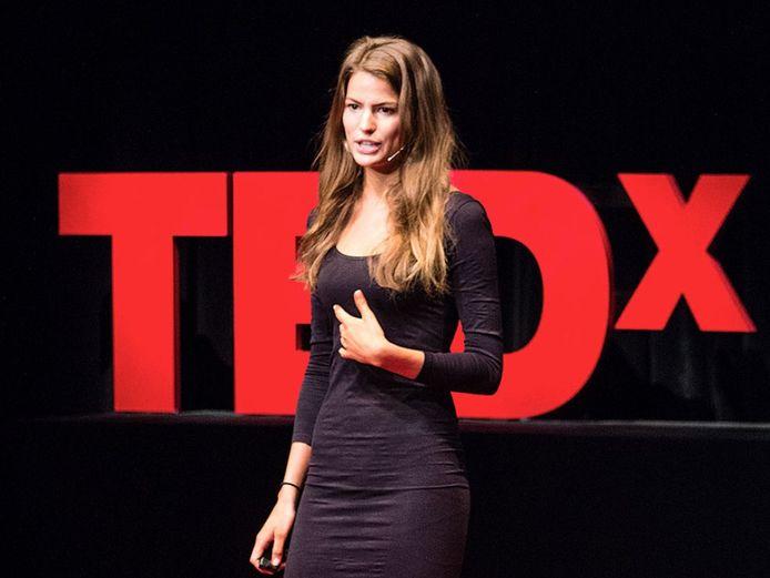 Cameron Russell tijdens een TED Talk.