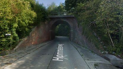 Weg afgesloten door afbrokkelende spoorwegbrug