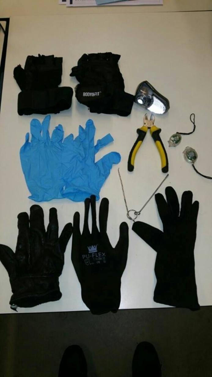 De man werd betrapt met deze spullen op zak die gebruikt kunnen worden bij een inbraak