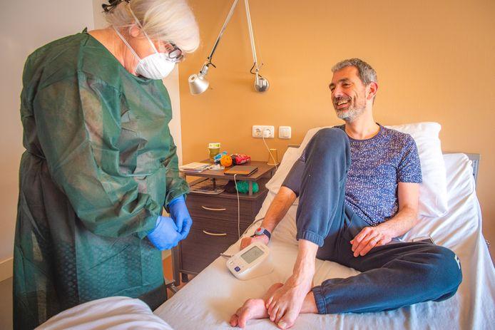 Patiënt Arrie Mak wordt tot zijn volle tevredenheid verzorgd door verpleegkundig specialiste Miranda Boogaard.