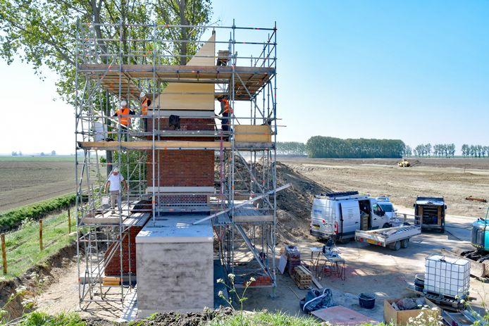 De vleermuistoren in aanbouw in de Hedwigepolder.