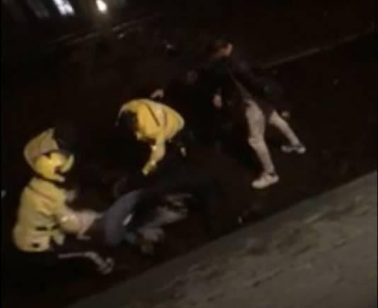 Screenshot uit het filmpje waarop de vechtpartij te zien is tussen de agenten en het zestal.