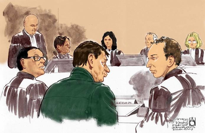 Willem Holleeder (in het groen) kreeg vandaag een forse uitbrander van rechtbankvoorzitter Frank Wieland (met het grijze haar).