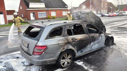 Auto brandt uit langs Menenstraat