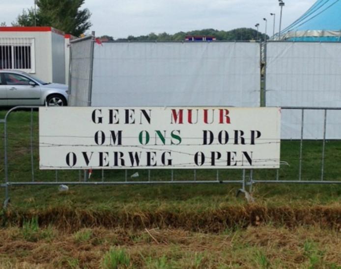 Bewoners van het buitengebied in Berkel-Enschot zijn het niet eens met de sluiting van twee spoorwegovergangen.