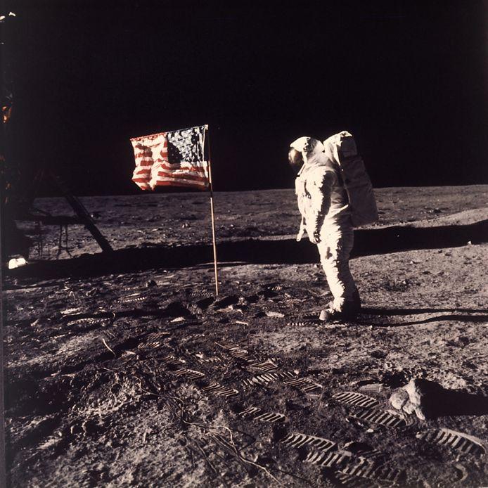 """Cette photo de 20 juillet 1969 publiée par la NASA montre l'astronaute """"Buzz"""" Aldrin Jr. posant à côté du drapeau américain déployé sur la lune pendant la mission Apollo 11 (illustration)."""