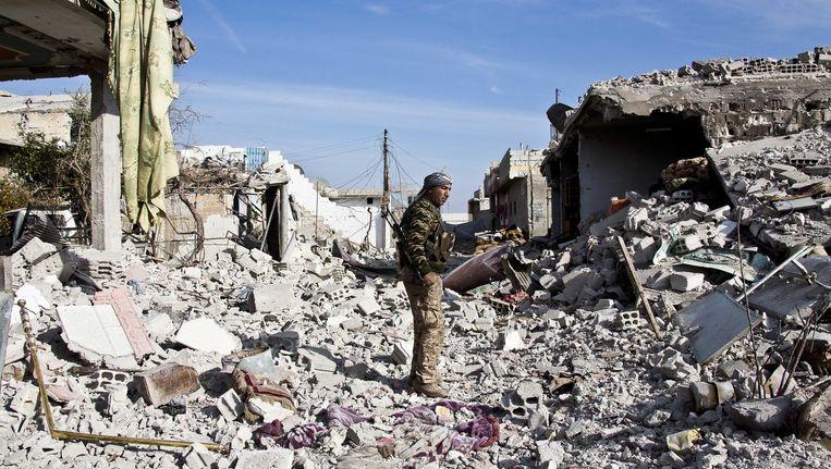 Een Koerdische strijder van de YPG in Kobani, waar IS dit jaar werd verdreven. Beeld ap