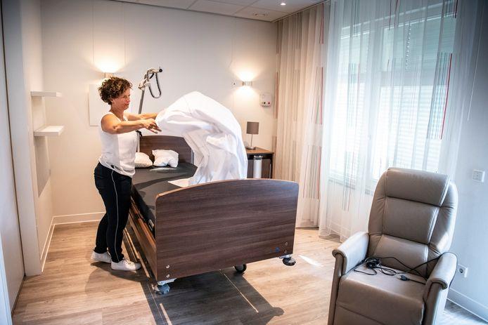 Directeur Ttjiske Huender maakt in Wijchen een bed op.