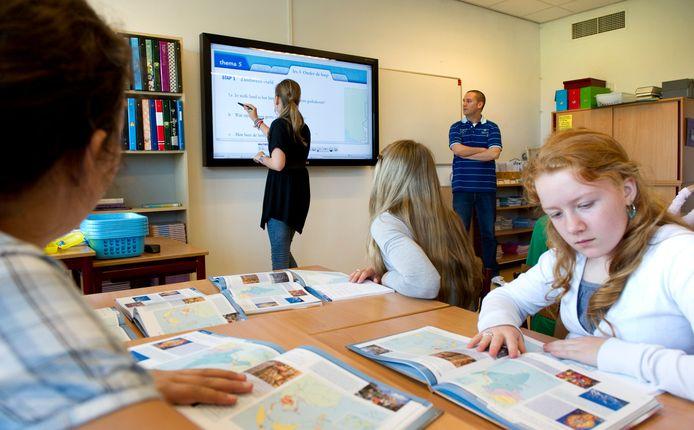 De leraren gaan er door de maatregelen flink op vooruit.