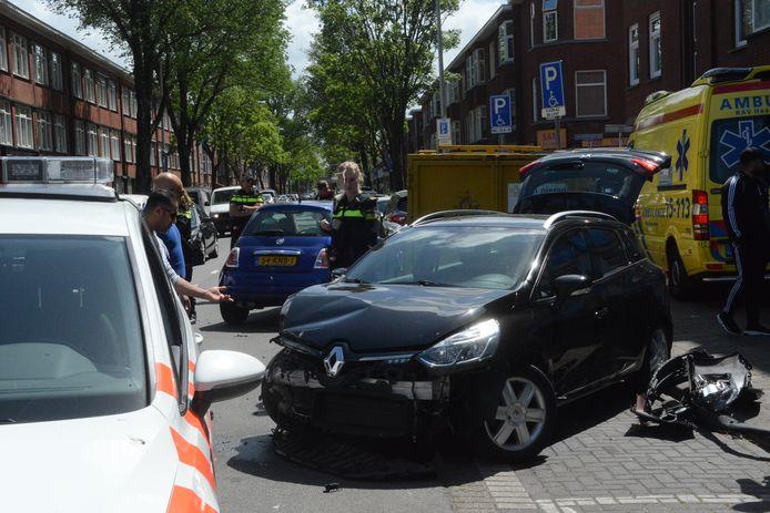 Bij het ongeval aan de Oudemansstraat in Den Haag waren drie auto's betrokken.
