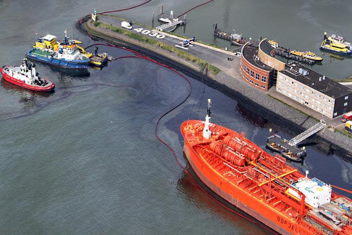 Door een aanvaring in de Rotterdamse haven kwam veel olie in het water terecht.